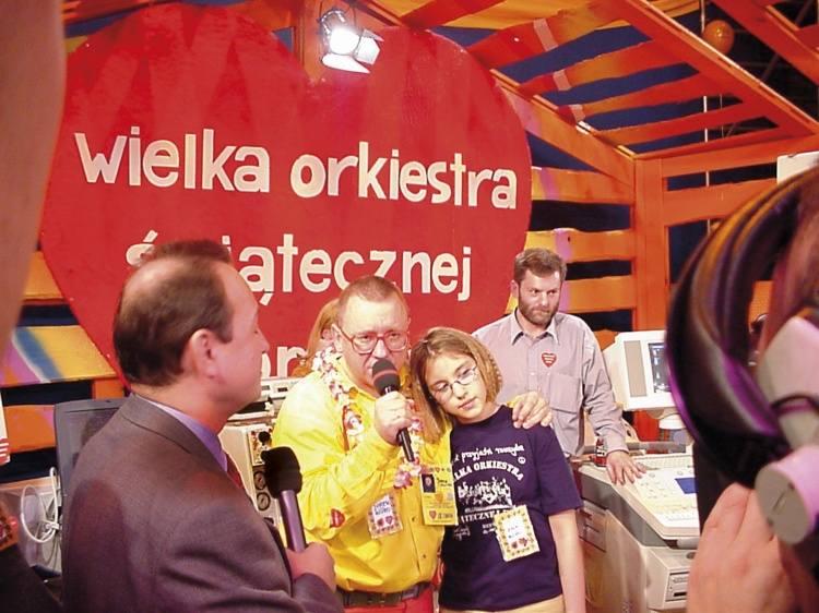 Pierwsze finały Wielkiej Orkiestry Świątecznej Pomocy transmitowane były w Telewizji Publicznej. Relacja trwała od rana do późnego wieczoru. Mikrofon w ręku najczęściej trzymał Jurek Owsiak. Nie trudno odgadnąć, kto po finale WOŚP najczęściej tracił głos. <br /> <br /> Na zdjęciu telewizyjna...