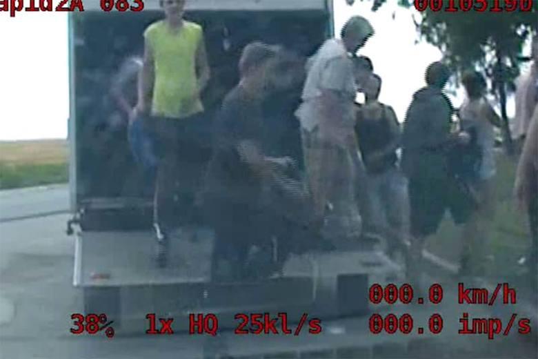 Na pace ciężarówki jechało 40 osób. Wracali z pracy w sadzie (wideo)