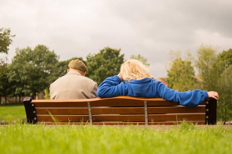 Czternasta emerytura 2021 - dla kogo? W 2021 roku na konto emerytów trafi jeszcze jedno dodatkowe świadczenie. Rząd zapewnił, że środki na wypłatę czternastej