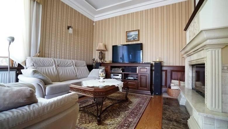 Dom Nowogród, ul. Gen. W. Sikorskiego. Cena: 2 800 000 zł. Hall wyłożony jest marmurem, a w piwnicy znajduje się sauna.