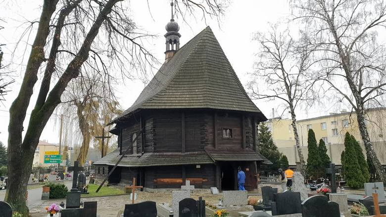 Konserwator zabytków nakazał zdjęcie boazerii z lat 60-tych. Wnętrze kościoła będzie mieć surowy wygląd.