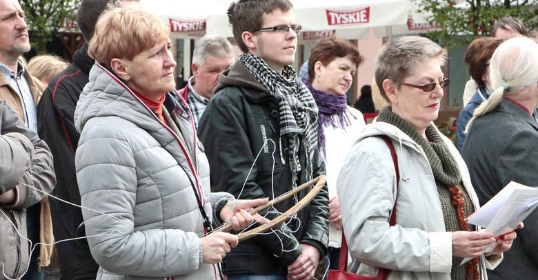 50, może 60 osób - kobiety i mężczyźni, młodzież i seniorzy - wzięło udział w niedzielnej manifestacji na Rynku, aby okazać swój sprzeciw wobec możliwej