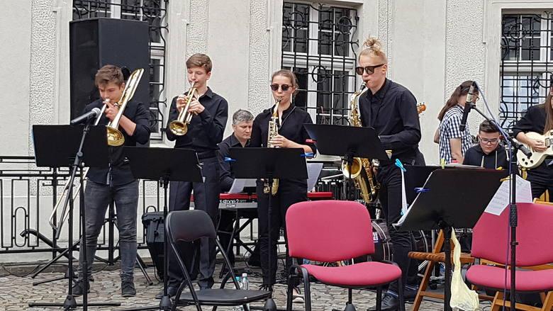 Wspólnie zagrali i zaśpiewali: Chór The G Singers dyrygowany przez Aleksandrę Drozdecką oraz zespoły ze szkoły muzycznej: orkiestra smyczkowa pod kierownictwem