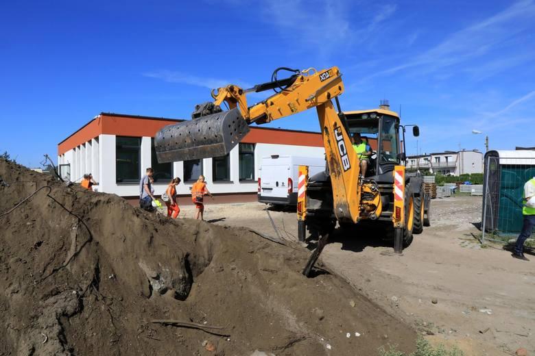 Prace przy Przedszkolu Miejskim nr 8 są na ukończeniu. Wykonawca zajmuje się wymianą nawierzchni oraz budową drogi przeciwpożarowej<br />