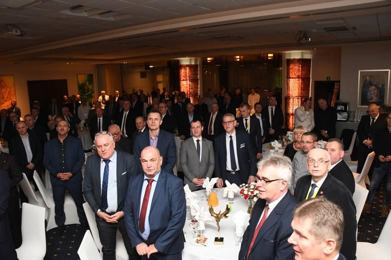 Ponad 150 osób uczestniczyło w spotkaniu wigilijnym Świętokrzyskiego Związku Piłki Nożnej, które odbyło się w hotelu Tęczowy Młyn w Kielcach. Nie zabrakło