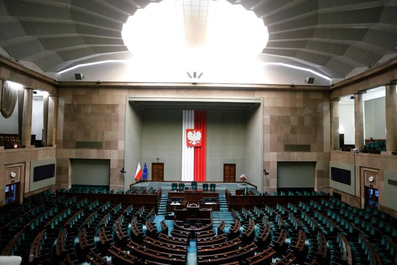 Aż 54 proc. Polaków źle ocenia decyzję Koalicji Obywatelskiej o wstrzymaniu się od głosu w sprawie pieniędzy z UE - sondaż IBRiS