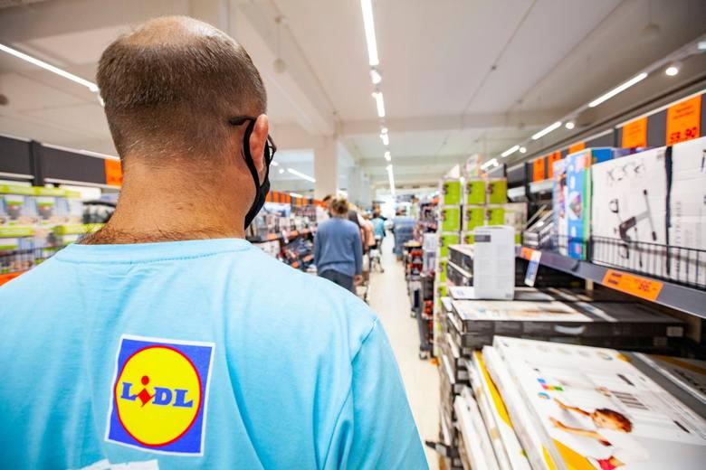 ZAROBKI W LIDLUOd marca 2021 roku pracownicy sklepów LIDL zarabiają od 3 550 zł brutto do 4 350 zł brutto na początku zatrudnienia.