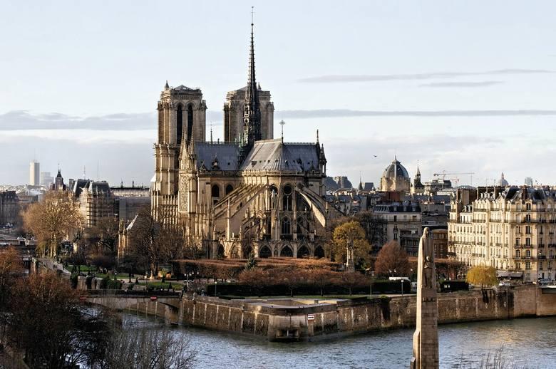 Katedra Notre Dame w Paryżu jest jednym z najbardziej rozsławionych zabytków sakralnych na świecie, a przyczynił się do tego między innymi Victor Hugo