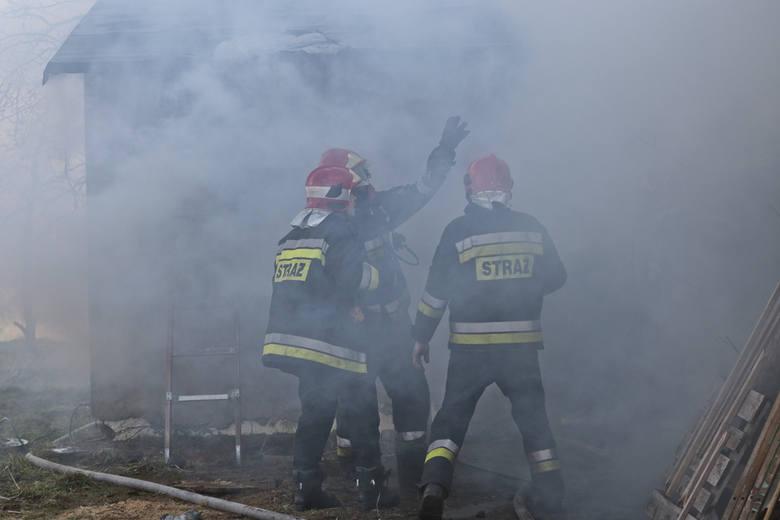 Do pożaru doszło w czwartek 28 stycznia przy ul. Odrzańskiej w Zielonej Górze. Płomienie objęły również dach. Strażacy w płonącym budynku szukali domowników.Alarm