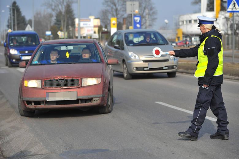 """W piątek na ul. Gnieźnieńskiej policjanci z drogówki w ramach akcji """"Kierowco, w czasie jazdy używaj tylko szarej komórki"""" kontrolowali"""