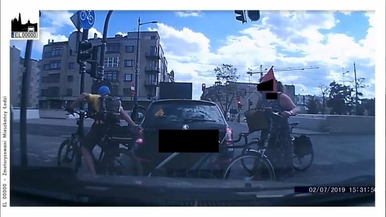 Agresywni cykliści zaatakowali skodę, która zatrzymała się na chwilę na czerwonym świetle. Film ze zdarzenia opublikowała grupa kierowców EL 00000.Film