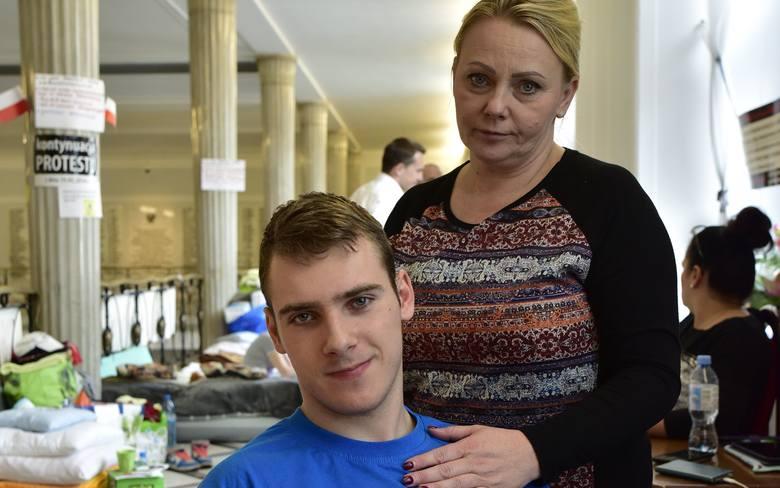 Ubiegłoroczny protest niepełnosprawnych i  ich rodziców trwał w Sejmie 40 dni. Jego liderką i twarzą (podobnie, jak w 2014 roku) była Iwona Hartwich