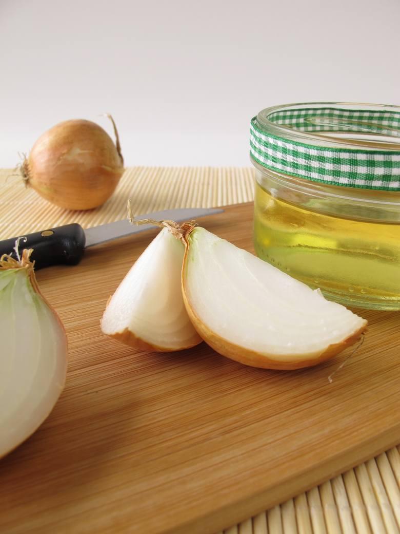 Syrop z cebuli warto przygotować zawczasu, odcedzić i trzymać w lodówce – będzie idealny za każdym razem, gdy poczujemy, że łapie nas przeziębienie