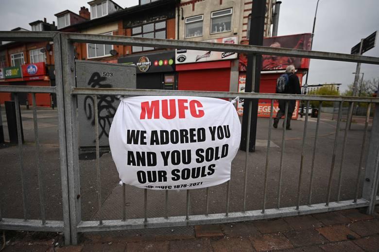 """Tysiące kibiców Manchesteru United zgromadziło się pod stadionem Old Trafford. """"Pozbądźmy się tych szumowin. Oni nie interesują się klubem"""""""