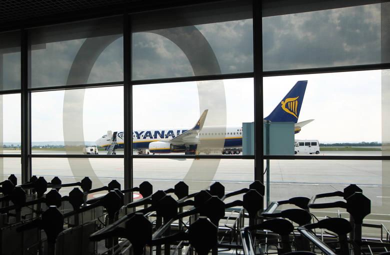 Do tej pory Ryanair oferował bezpłatnie jeden większy bagaż podręczny (55 x 40 x 20 cm) i jeden mniejszy (35 x 20 x 20 cm). Większy, w wielu przypadkach,