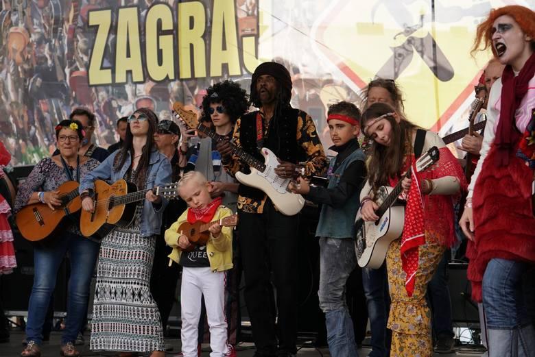 Akordy do piosenek dostępne są na oficjalnej stronie festiwalu w zakładce: ZAGRAJ Z NAMI. Dopuszczalne są wszystkie rodzaje gitar oraz pozostałe instrumenty