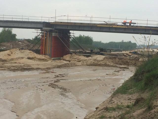 Rzeka Radomka zalała plac budowy obwodnicy zachodniej Radomia. Budowlańcy wstrzymali prace.