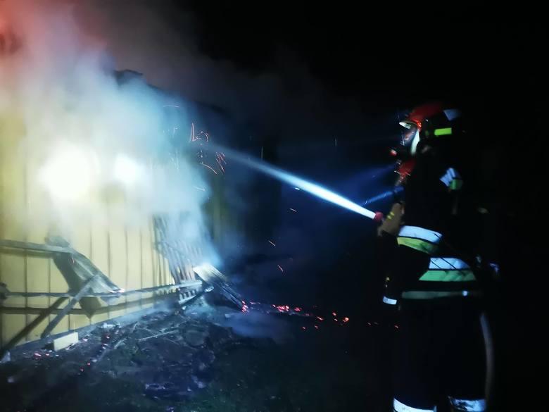 Zgłoszenie o pożarze w Rożniatowie k. Przeworska strażacy odebrali w sobotęo godz. 5.40. Do zdarzenia wyjechały w sumie 4 zastępy ratowników (PSP Przeworsk,