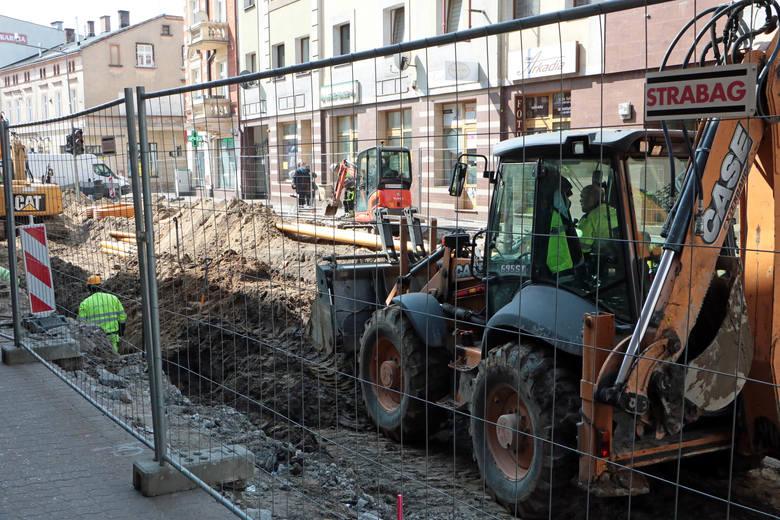 Prace związane z modernizacją sieci tramwajowej w Grudziądzu, prowadzone są  w kilku miejscach na terenie miasta. My zajrzeliśmy na ulice Toruńską oraz