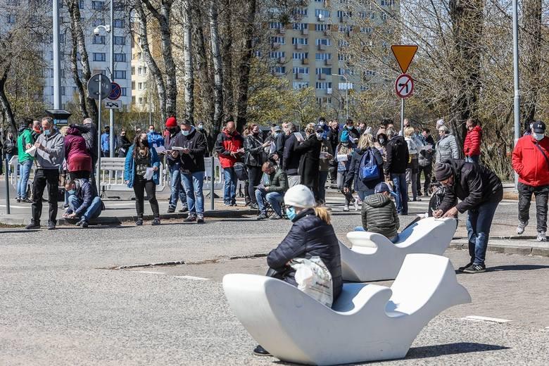 Setki osób w kolejce po szczepienie w mobilnym punkcie szczepień w Gdyni. Nie ma już miejsc, następne dopiero jutro. Zdjęcia, wideo