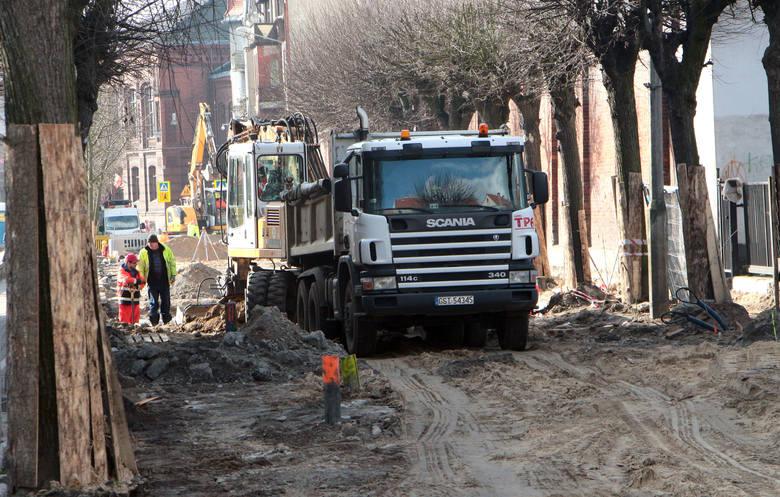 W Grudziądzu trwa przebudowa drugiego fragmentu ulicy Sienkiewicza. Obecnie pracownicy MWiO wykonują nową sieć wodociągową i przyłącza do budynków. Powstaje