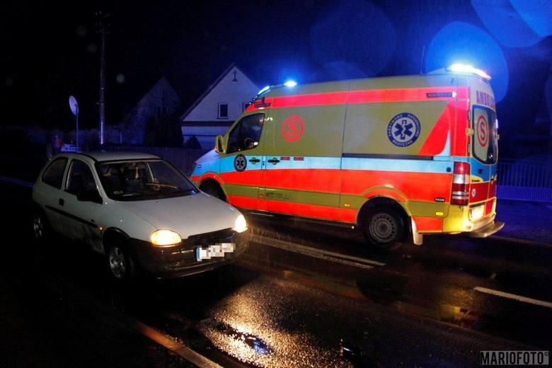 24-letni kierowca opla corsy potrącił kobietę - jak ustaliła policja - przechodzącą przez jezdnię poza przejściem dla pieszych. Do wypadku doszło około