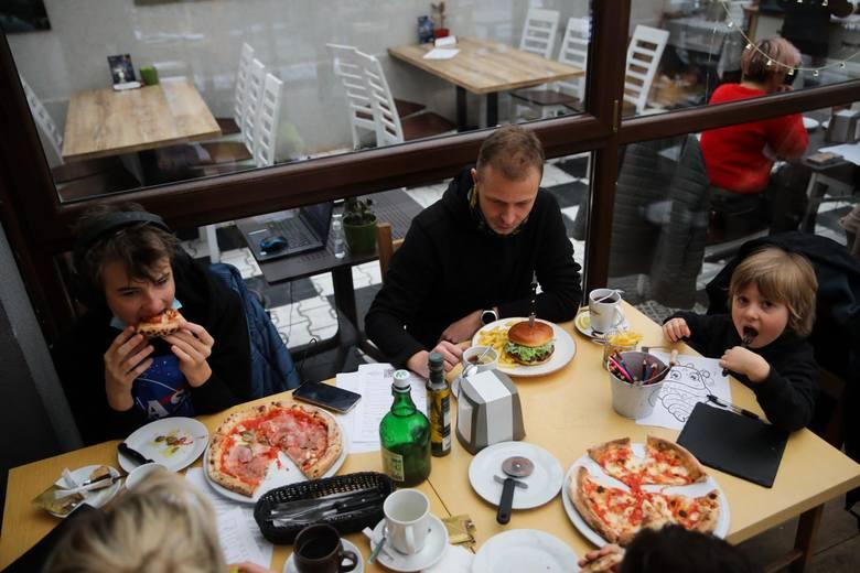 Tesoneul. Kobierzyńska 142Restauracja Tesone z krakowskiego Ruczaju to kolejny lokal w Krakowie, który zaprasza do spożywania posiłków w środku, wbrew