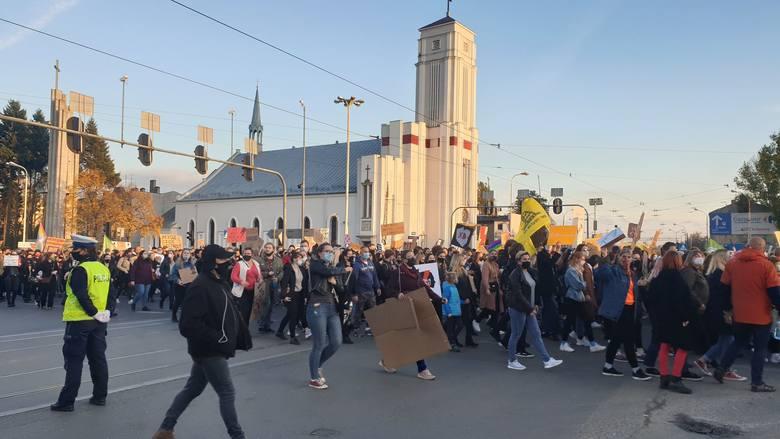 Strajk kobiet w Łodzi! Tysiące osób wzięły udział w przemarszu ulicami miasta. Protest 28 października
