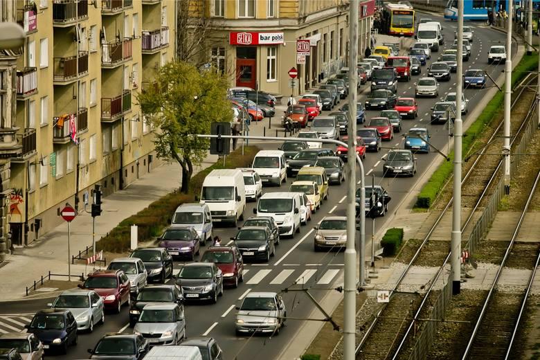 Na czym polega jazda na suwak, która zgodnie z nowym kodeksem drogowym będzie w Polsce obowiązkowa? Przepisy jasno mówią w jakich okolicznościach kierowca