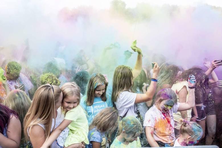 Obrzucanie się kolorowymi proszkami holi nie jest już żadną nowością. Zabawa od lat zyskuje na popularności w naszym kraju. W Poznaniu okazja do kolorowego