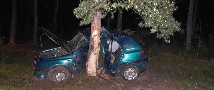 Tragedia koło Przewozu. Golf prowadzony przez niespełna 18-letniego kierowcę dosłownie wbił się drzewo