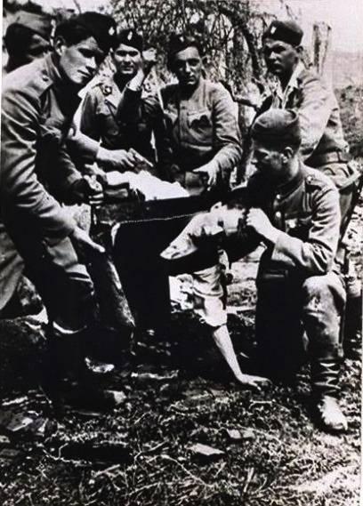 Ustasze podczas mordowania Serba Branko Jungicia w Jasenovacu. Chcieli go zmusić do przejścia na katolicyzm