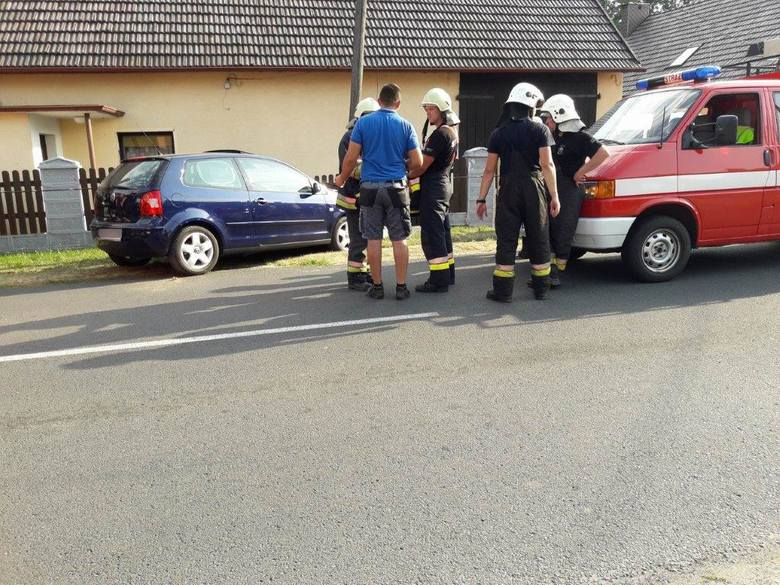 VW polo uderzył w słup w Dąbrówce Łubniańskiej.