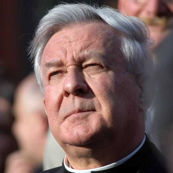 W 2002 r. po zarzutach prasowych o molestowanie kleryków arcybiskup złożył rezygnację z urzędu metropolity, a Watykan zakazał mu sprawowania posługi