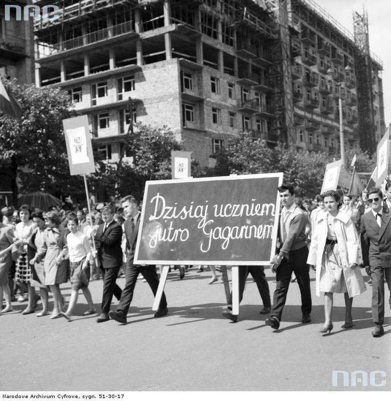 Przedstawiciele Związku Młodzieży Socjalistycznej podczas pochodu na ul. Marszałkowskiej.