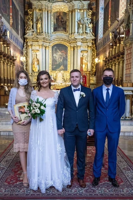 - Rodzina i znajomi podeszli do naszej decyzji ze zrozumieniem – podkreślają nowożeńcy, którzy część ceremonii odbyli w maseczkach.Przejdź do kolejnego