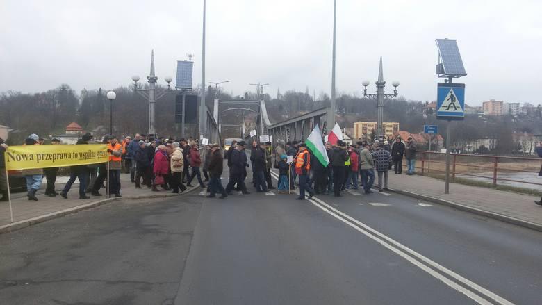Mieszkańcy Krosna Odrz. nie odpuszczają. Po tym, jak budowa obwodnicy miasta wypadła z budżetu krajowego, w każdy poniedziałek blokują most na Odrze.