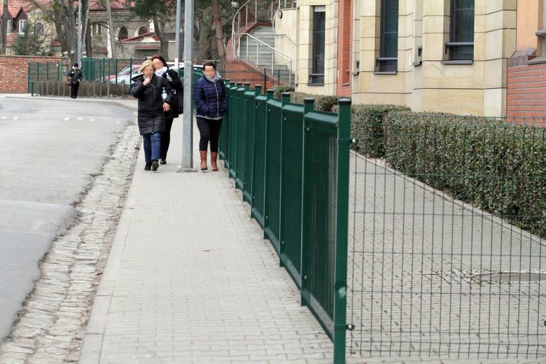 Siostry zakonne zagrodziły chodnik płotem, bo piesi zaglądali im przez okno