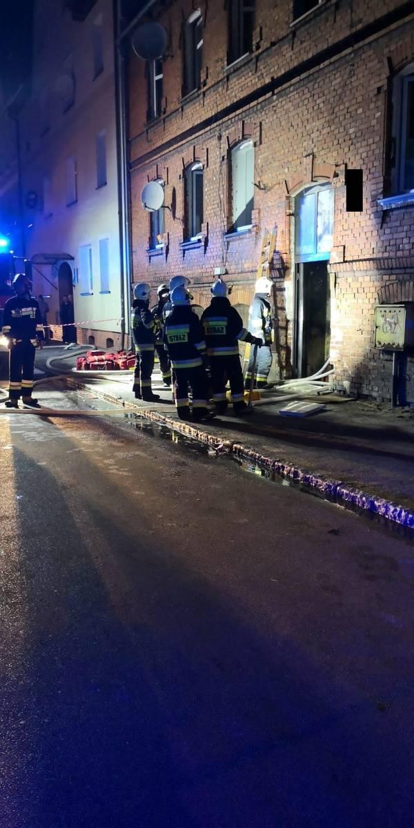 Pożar kamienicy przy ulicy Pileckiego w Lęborku. 01.10.2018. 16 osób ewakuowanych. 2 dzieci z ciężkimi poparzeniami w szpitalu