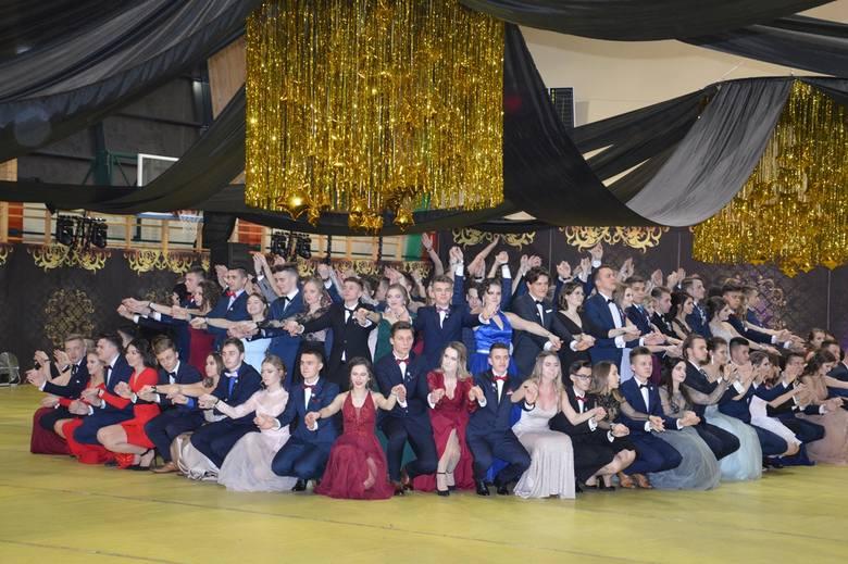 """Maturzyści Liceum Ogólnokształcącego imienia Komisji Edukacji Narodowej przy ulicy Staszica w Stalowej Woli (szkoła nazywana jest także """"Staszkiem"""")"""
