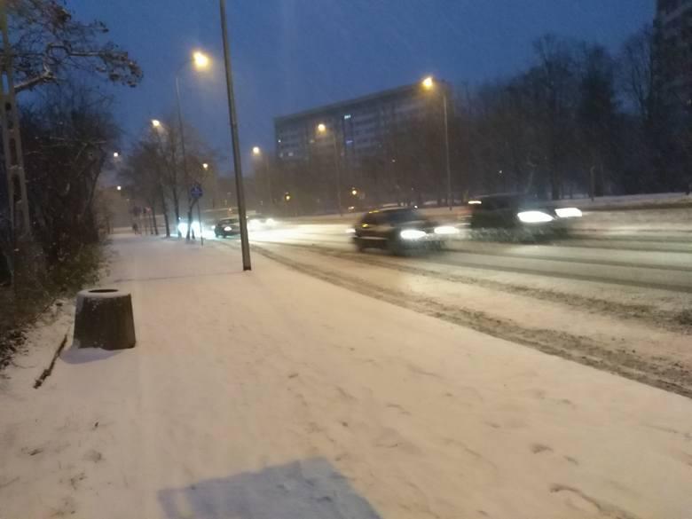 Atak zimy w Podlaskiem 2018. Śnieg zasypał drogi i chodniki. Są pierwsze wypadki i kolizje [ZDJĘCIA]