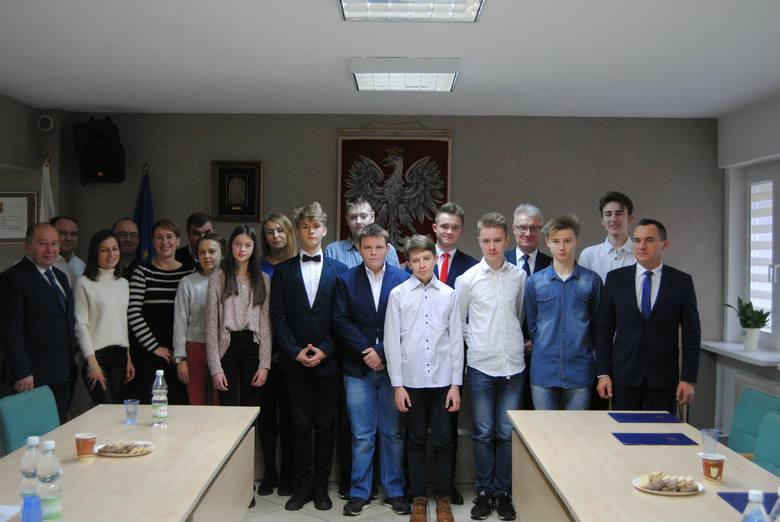 Młodzieżowa Rada Miasta we Włoszczowie zainaugurowała kadencję. Poznaj młodych radnych (ZDJĘCIA)