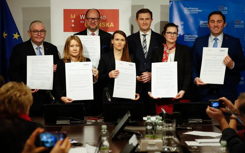 Wiceprezydenci Dulkiewicz i Grzelak ( w środku) już poza Platformą Obywatelską