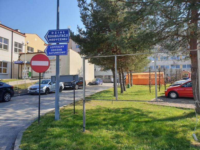 Rozstawianie namiotu pod szpitalem w Wadowicach