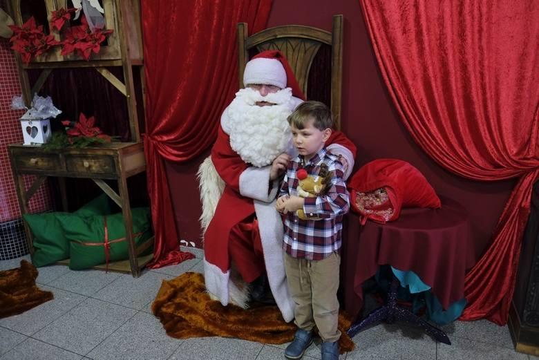 """Tegoroczne gwiazdkowe spotkanie odbyło się pod hasłem """"Bajkowa Choinka"""". 9 grudnia zaprosiliśmy dzieci wraz z opiekunami do Teatru"""