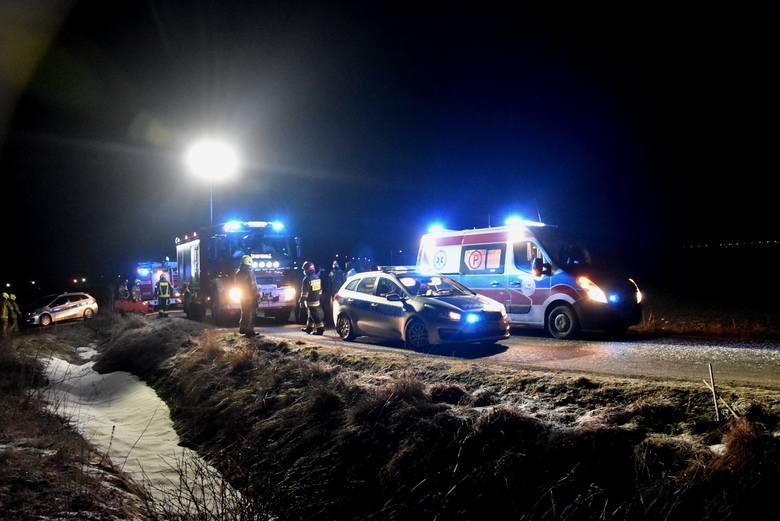 Samochód uderzył w drzewo w gminie Malbork 5.03.2021. Jechało 5 osób, cztery zostały ranne i trafiły do szpitali