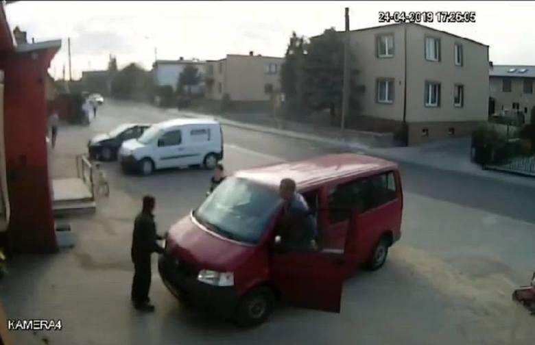 Strażacy z OSP Darzlubie: chcieli jechać gasić pożar lasu, ale wyjazd blokował samochód. Pomogli mieszkańcy
