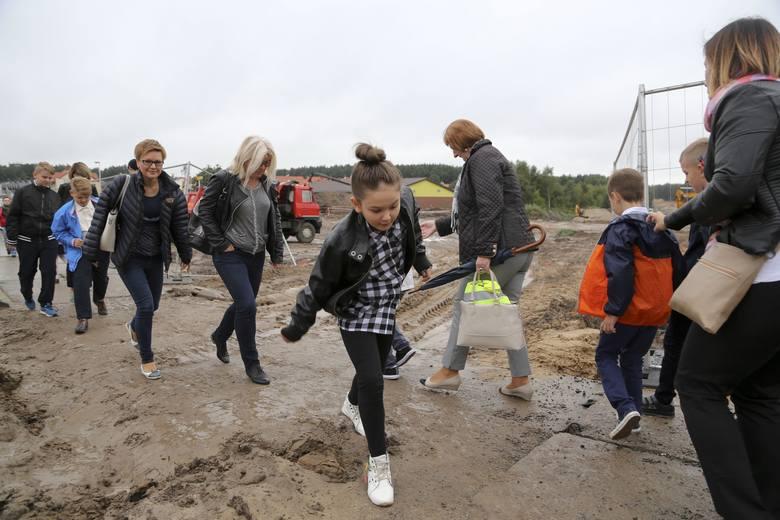 Taką przeprawę mieli wczoraj rodzice, uczniowie i przedszkolaki, których placówki znajdują się przy Armii Krajowej. Z błotem radzili sobie różnie. Czasem pomagały ramiona rodziców.<br />