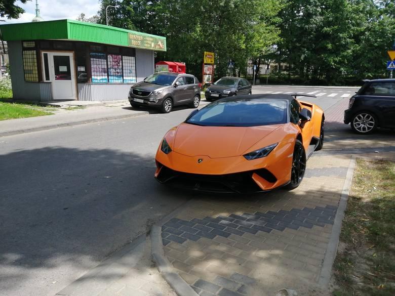 Publikujemy najnowsze zdjęcia samochodów zaparkowanych w niedozwolony sposób. Nasi Czytelnicy, autorzy fotografii pytają, dlaczego służby mundurowe tak