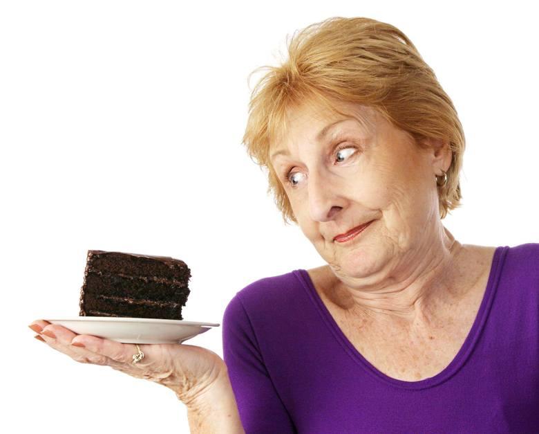 Uwielbiasz krówki, czekoladowe cukierki, lody, chipsy, a może kabanosy? Postaraj się usunąć z otoczenia produkty, które nie są wartościowymi elementami
